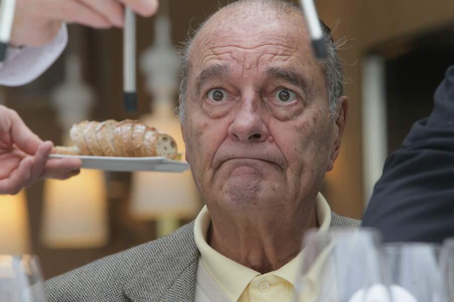 Jacques Chirac déguste des crevettes, à Saint Tropez, le 4 octobre 2013.