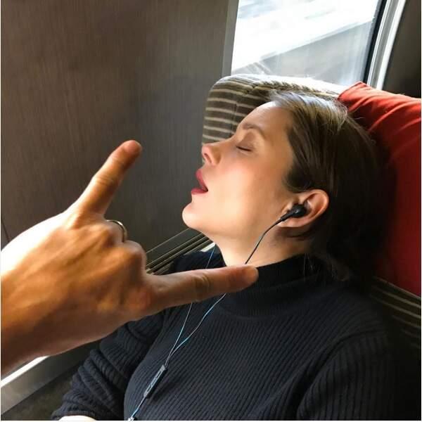 L'actrice Marion Cotillard, photographiée à son insu alors qu'elle dormait la bouche ouverte dans le TGV