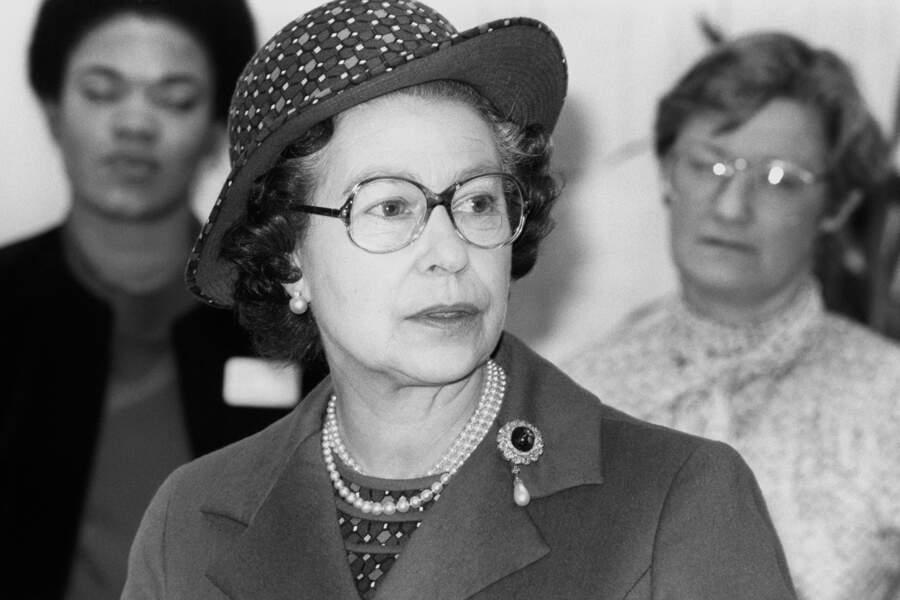 Elisabeth II parée de perles, à Londres, en 1985.