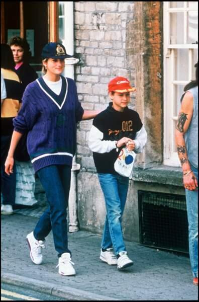 Lady Diana, en tenue très casual, se promène avec son fils le prince William, en 1993