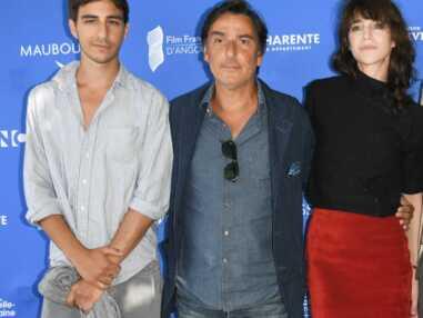 PHOTOS - Charlotte Gainsbourg et Yvan Attal tout sourire aux côtés de leur fils Ben à Angoulême