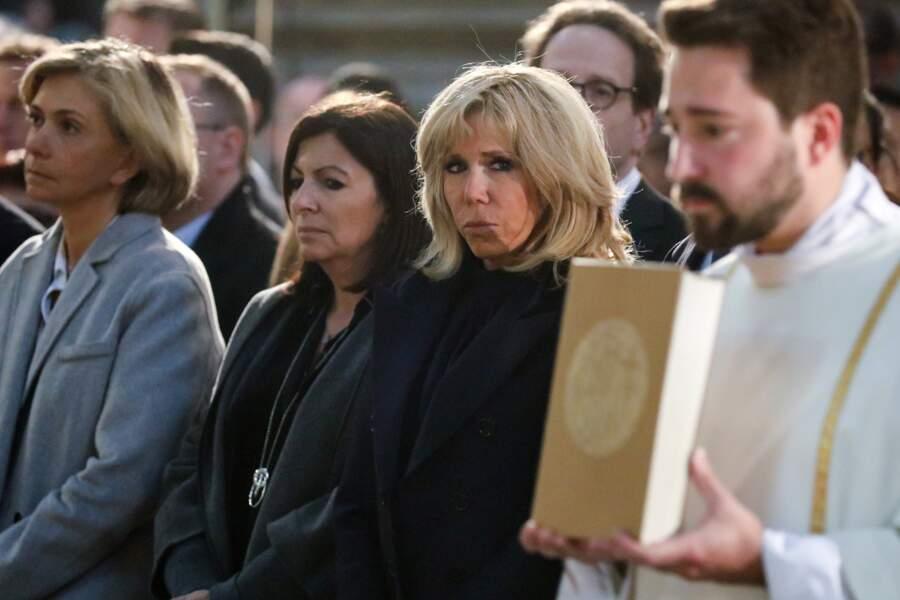Brigitte Macron, très attentive, elle qui a été si touchée par l'incendie de Notre-Dame de Paris
