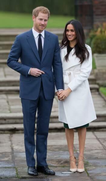 Harry et Meghan posent à Kensington Palace lors de l'annonce de leurs fiançailles le 27 novembre 2017
