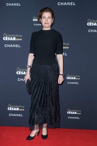 Emmanuelle Devos nous éblouit avec sa jupe pailletée à la soirée des révélations des Césars.