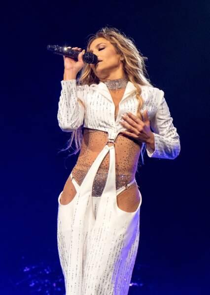 Jennifer Lopez adore montrer son ventre plat à Milwaukee le 3 juillet 2019.