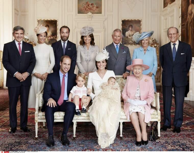 Carole Middleton et la famille royale d'Angleterre, lors du baptême de Charlotte à Sandringham le 5 juillet 2015