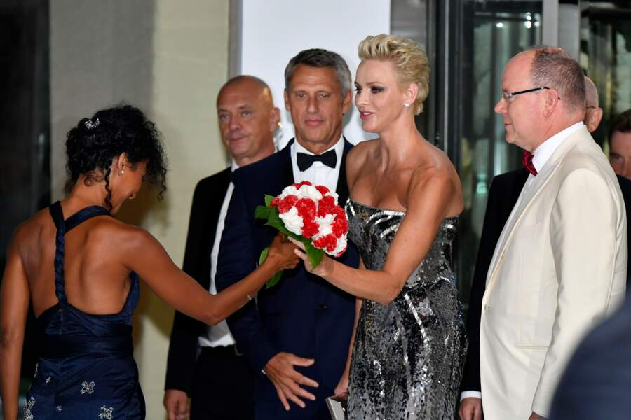 La princesse Charlène de Monaco recevant des fleurs lors du 69ème Gala de la Croix-Rouge