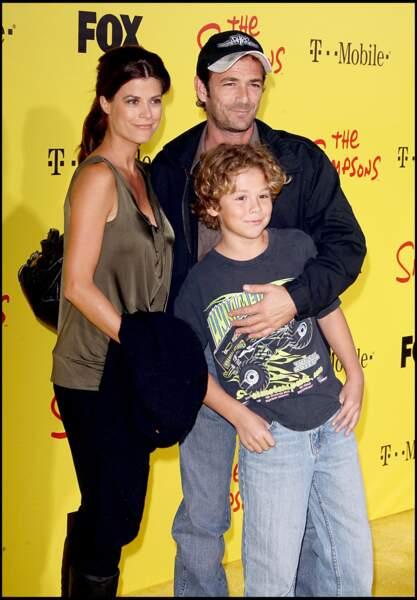 """Luke Perry  en famille, lors de la soirée du 20e anniversaires de la série """"Les Simpson"""" en 2009"""