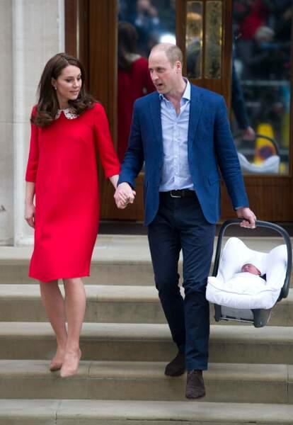 William et Kate (en robe rouge Jenny Packham), à l'hôpital St Mary's après la naissance de Louis d'Angleterre