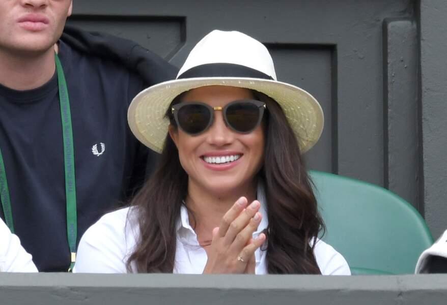 En panama, chemise blanche et lunettes de soleil, Meghan Markle affiche un sourire radieux à Wimbledon en 2016