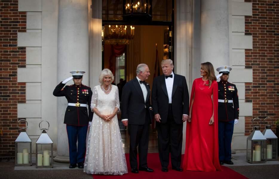 """Melania Trump dans une robe-longue cape, une tenue très aimée des """" royals """"comme Letizia ou Meghan"""