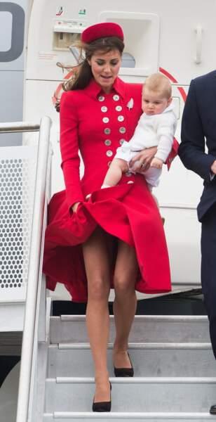 Le vent se glisse sous la robe de Kate Middleton, à l'aéroport de Wellington en Nouvelle-Zélande en 2014