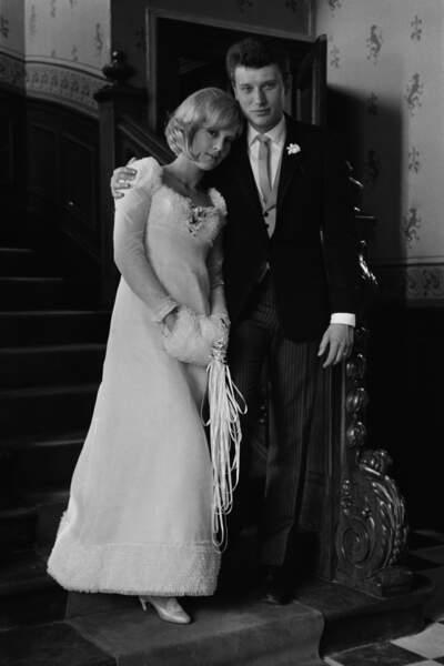 Sylvie Vartan et Johnny Hallyday lors de leur mariage le 12 avril 1965 à Loconville