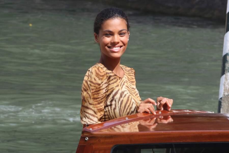 Tout sourire, Tina Kunakey arrive à la Mostra, Grand Hôtel Excelsior de Venise.