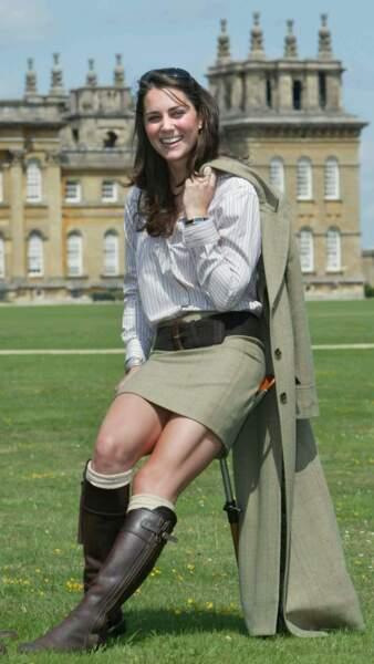 En 2004, Kate Middleton, très fière de poser devant le Blenheim Palace avec ses bottes toutes neuves...