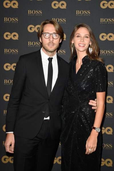La journaliste Ophélie Meunier en robe noire scintillante et escarpins avec son compagnon Mathieu Vergne