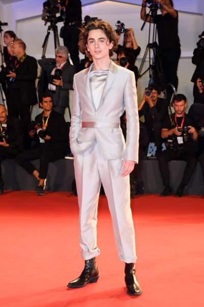 Timothée Chalamet cultive un goût prononcé pour la mode, ici en costume Haider Ackermann
