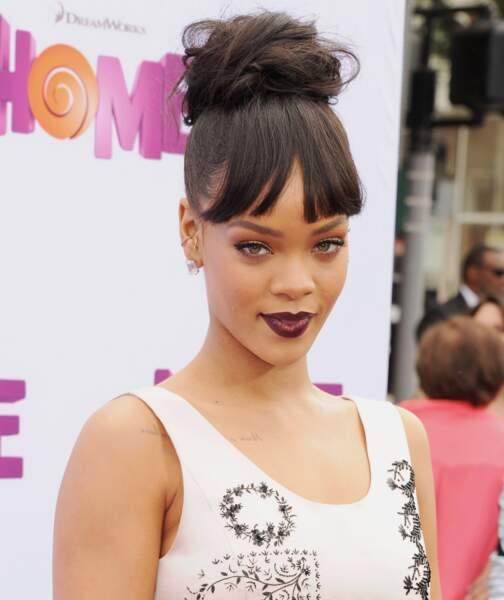 Chignon de danseuse et épaisse frange, en mai Rihanna est une poupée à croquer