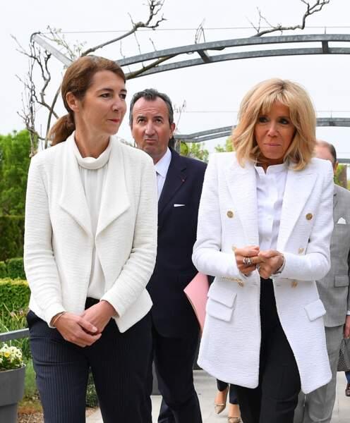 Brigitte Macron très chic et bronzée avec une veste longue signée Alexandre Vauthierqui souligne ses cheveux blonds