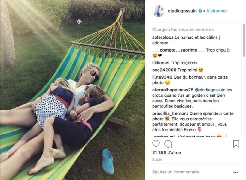 Elodie Gossuin avec ses deux petits derniers dans le calme de son jardin
