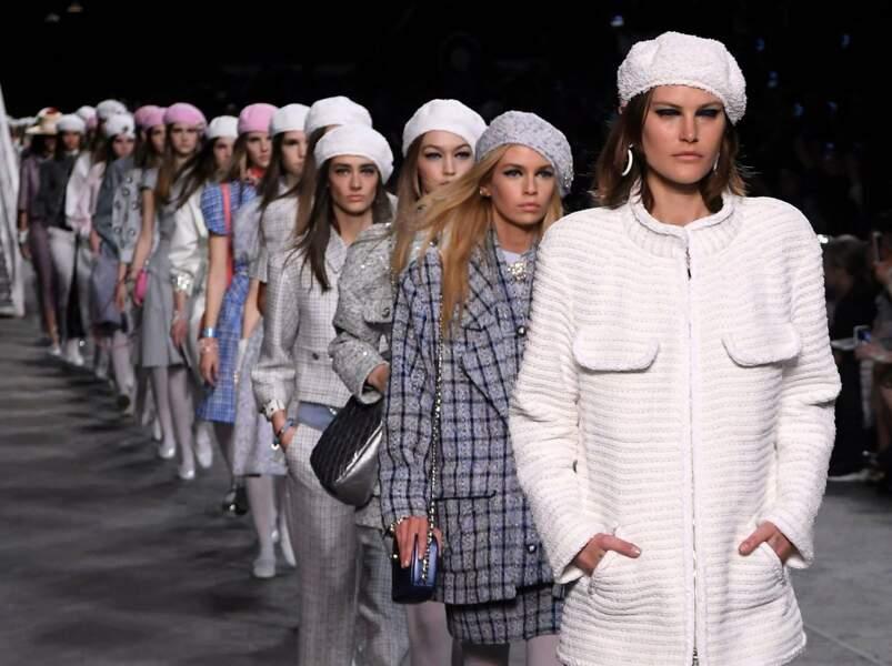 Le défilé Chanel Croisière met le béret à l'honneur porté avec des cheveux longs