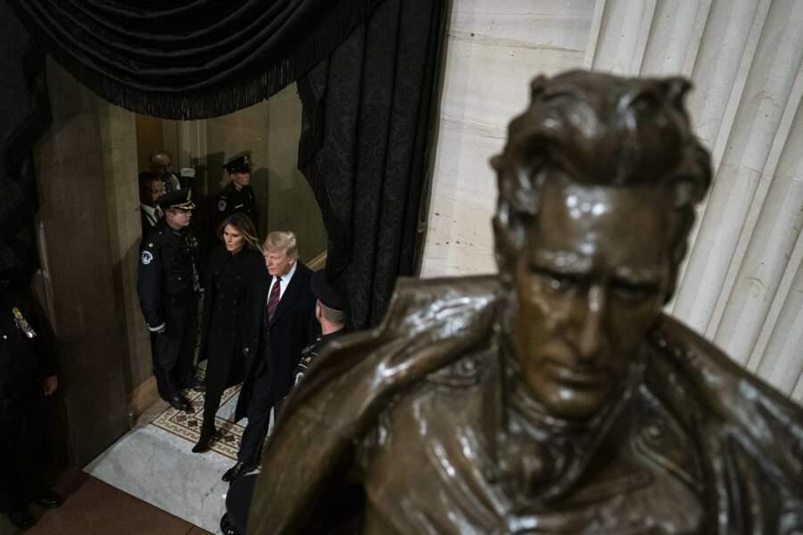 Le cercueil du 41e président des Etats-Unis a été placé lundi sous la coupole du Capitole, à Washington