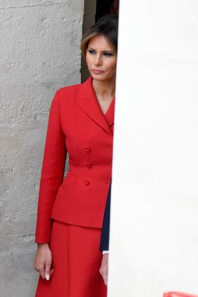 Melania Trump (habillée en Dior), à l'Hôtel National des Invalides à Paris le 13 juillet 2017. Un tailleur rouge intemporel.