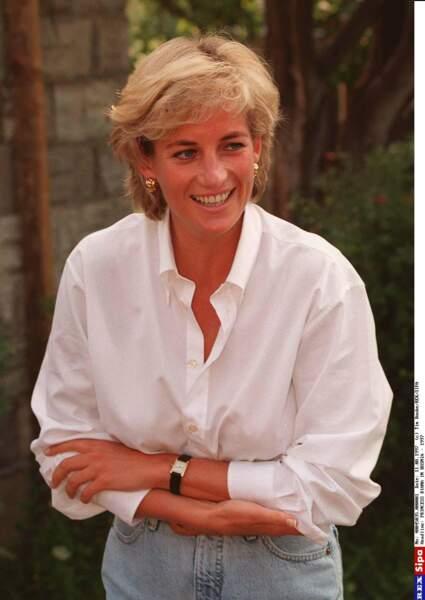 La princesse Diana en chemise blanche et jean, lors d'un voyage en Bosnie en 1997