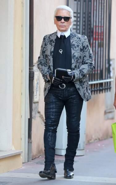 Karl Lagerfeld se promène dans les rues de Saint Tropez, en 2013