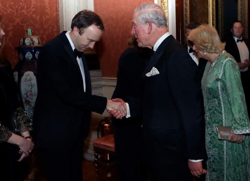 Le prince Charles en smoking et Camilla Parker Bowles en caftan vert émeraude