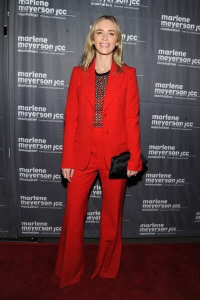 Le costume plus tendance que jamais et encore plus glamour en rouge avec Emily Blunt