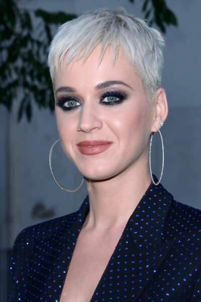 Katy Perry  : smoky-eye noir sophistiqué