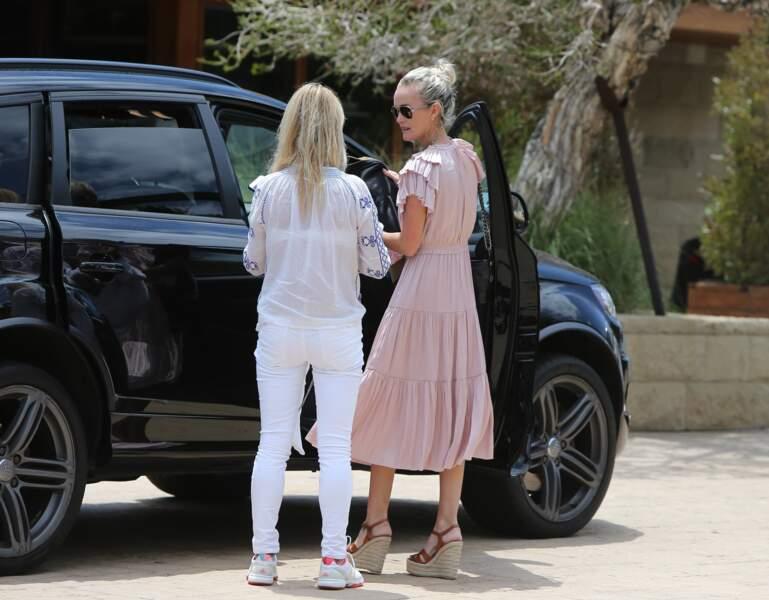 Laeticia Hallyday et Isabelle Camus dans les rues de Malibu le 26 mai 2018