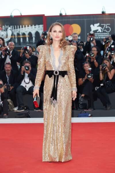 Natalie Portman ose la robe scintillante doré et le décolleté profond