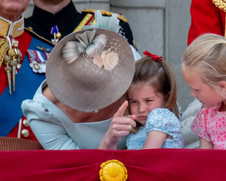 """La princesse Charlotte pleure au balcon de Buckingham, lors de la cérémonie """"Trooping the Colour"""" le 9 juin 2018"""