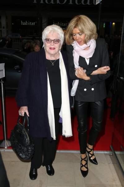 Brigitte Macron s'affiche une fois de plus dans son vêtement fétiche, le pantalon de cuir