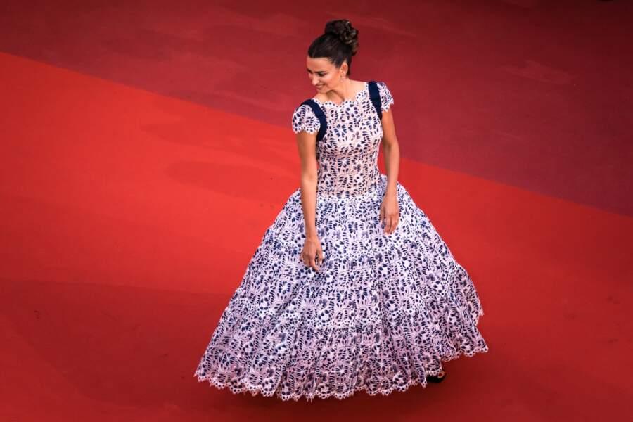 Penélope Cruz resplendissante en robe Chanel sur le tapis rouge à Cannes, vendredi 17 mai.
