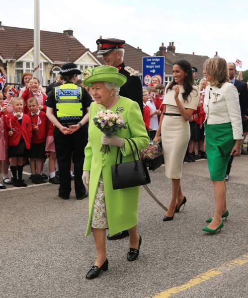 Meghan Markle radieuse en robe Givenchy accompagne la Reine