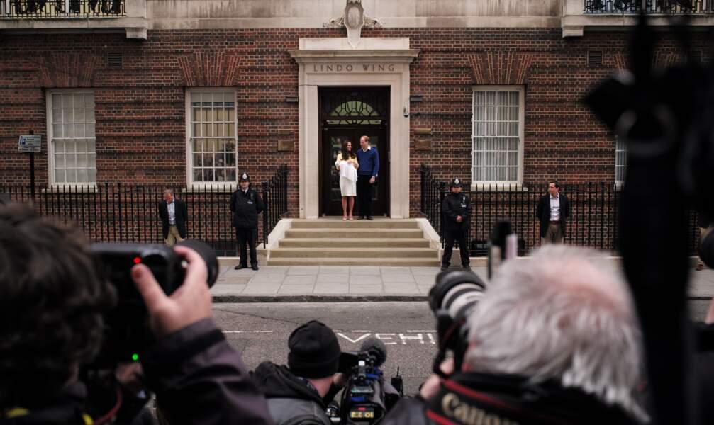 Le prince William, Kate Middleton et bébé Charlotte devant l'hôpital St-Mary de Londres en 2015