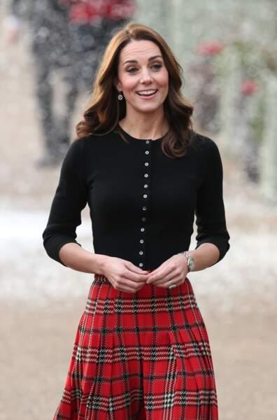 Kate Middleton avec un top en cachemire Brora et une jupe écossaise signée Emilia Wickstead