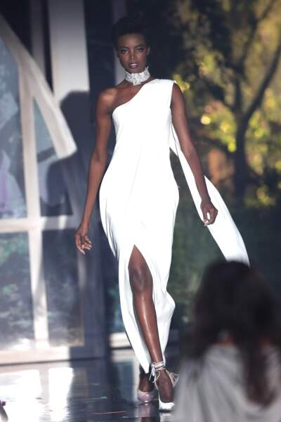 Maria Borges sculpturale en robe blanche moulante et bijoux De Grisogno