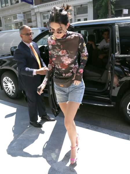 Kendall Jenner sortant de sa voiture à New York