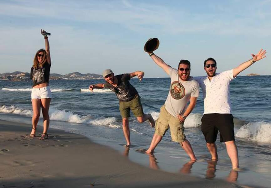 Petite pause sur la plage d'Ibiza pour l'équipe de Bruno dans la Radio