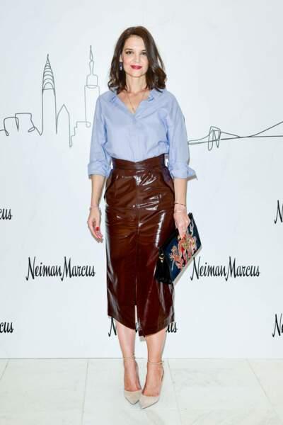 Katie Holmes lookée en jupe midi fendue en cuir sur le devant de la marque Zeynep Arçai