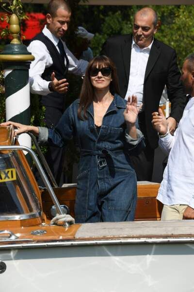 Monica Bellucci arrive au Lido lors de la 76ème édition du festival du film de Venise dans sa combinaison Dior.