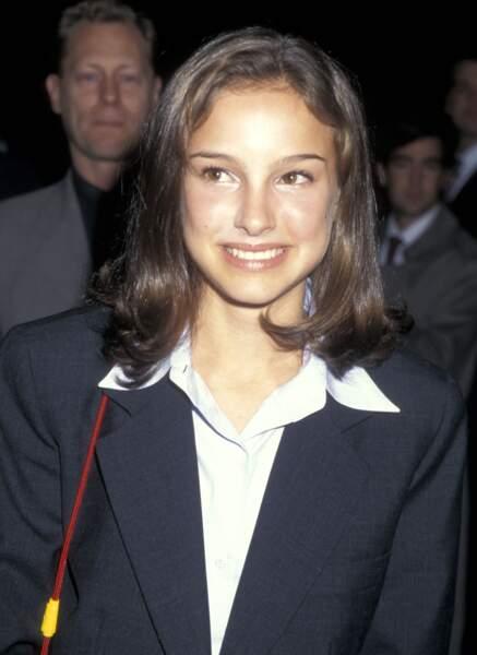 En 1995 l'actrice Natalie Portman se dévoile petit à petit au monde un petit carré épaule en guise de coiffure