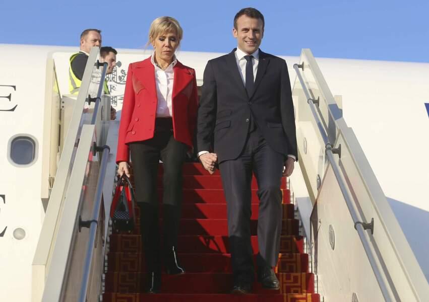 Emmanuel et Brigitte Macron arrivent à l'aéroport Tunis-Carthage