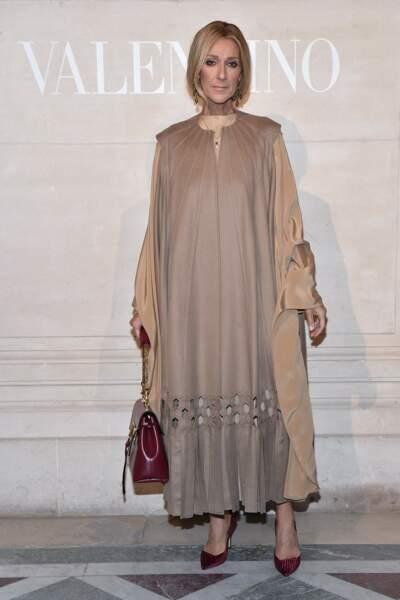 Céline Dion dans un total look beige pour le défilé Valentino