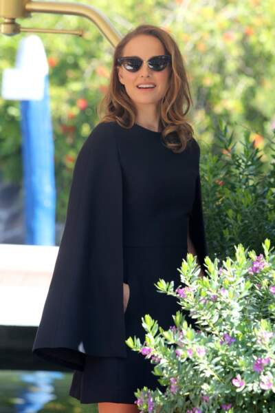 Cheveux légèrement bouclés, lunettes de soleil et robe-cape, Natalie Portman est radieuse
