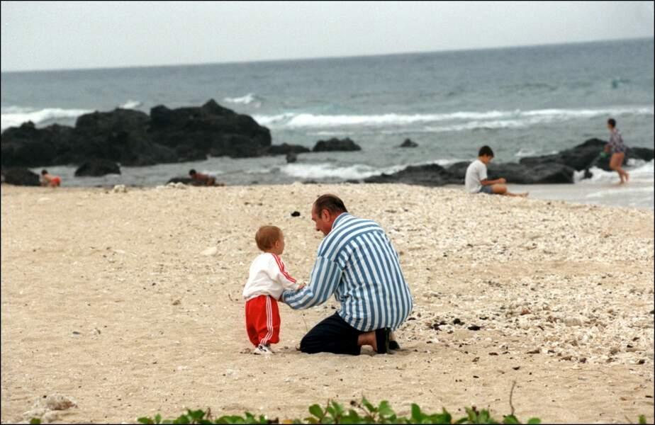 Jacque Chirac et son petit-fils Martin, sur la plage lors de vacances sur l'île de la Réunion, en 1997